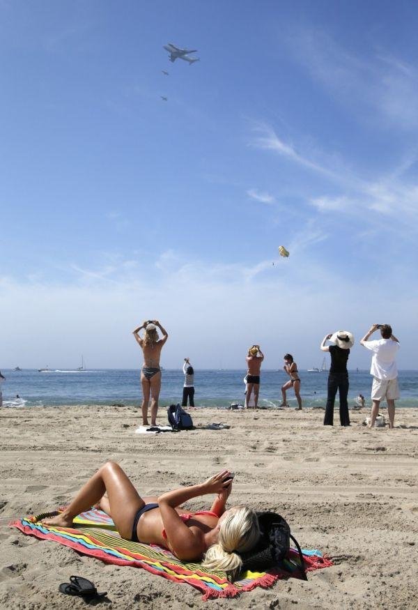 Фотожесть бомбардировка, в небе, пляж, самолет