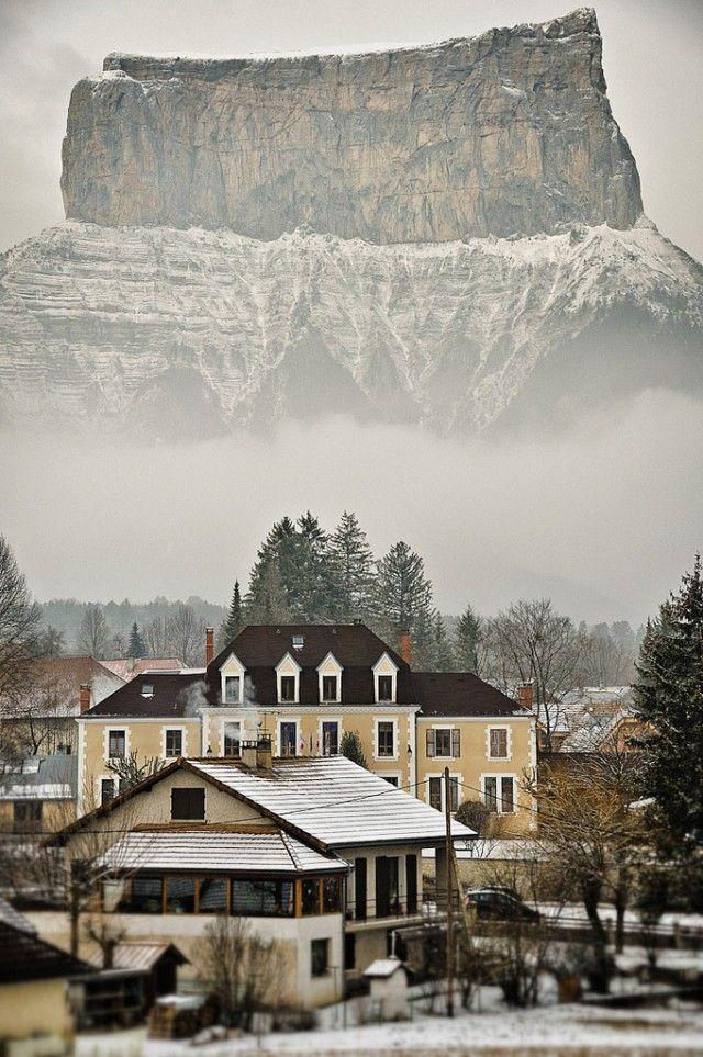 Фотожесть гора, горный хребет, город, красота природы