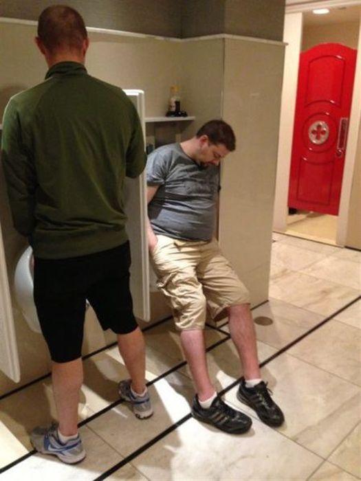 Бесплатный фотоприкол заснул, общественный туалет, писуар