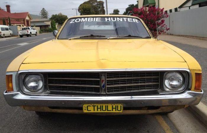 Фотоприкол недели зомби, ктулху, машина, надпись на номере