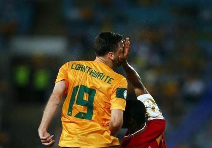 Фото прикол стоп-кадр, удар в голову, футболист