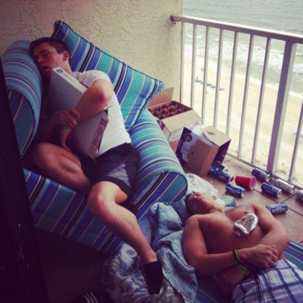 Зачетное фото друзья, мусор, после вечеринки, спят вместе