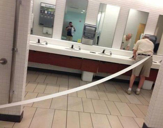 Смешной фотоприкол прикол, смешное фото, старик, туалетная бумага