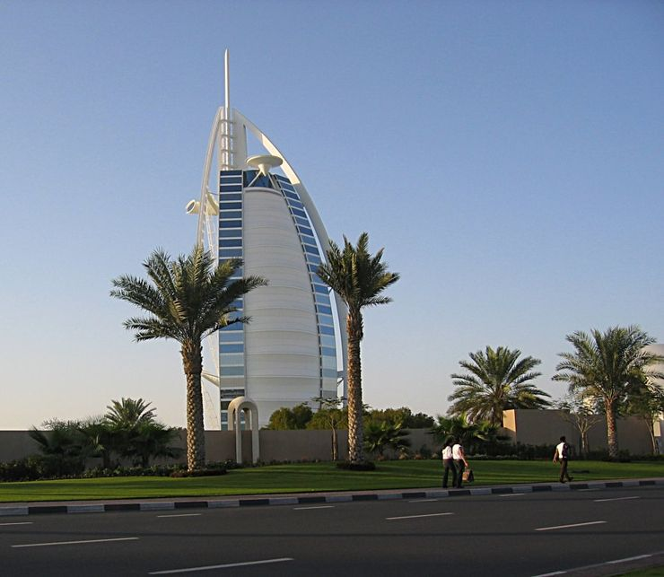 Снаружи отель напоминает развивающийся на ветру парус