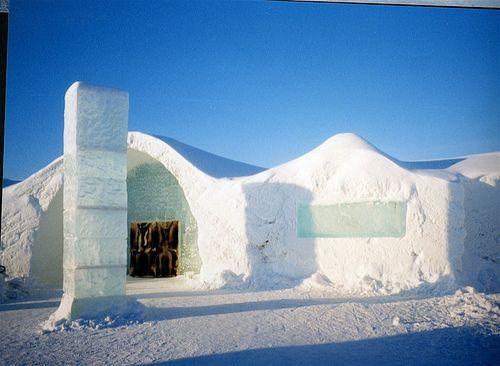 Снаружи он похож на снежные сооружения из детства