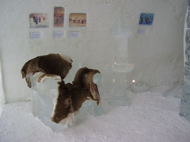 Предметы интерьера тоже сделаны изо льда