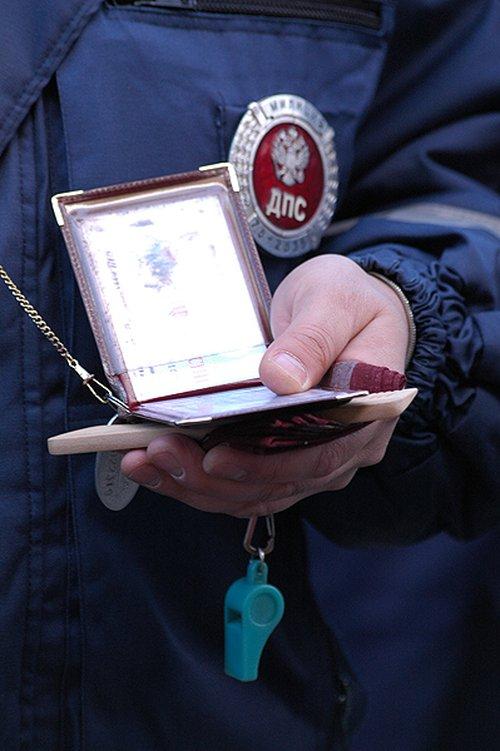 По уставу каждый гаишник должен носить с собой удостоверение, свисток, расческу и носовой платок