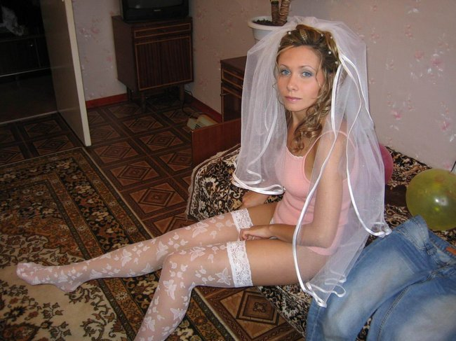 http://fishki.net/picsw/042008/29/brides_in_underwear/tn.jpg