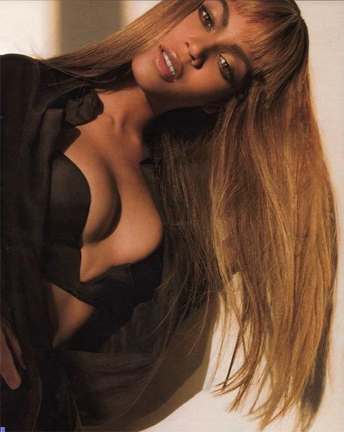 Пышногрудая певица всегда отличалась роскошными формами. Несмотря на многочисленные слухи о том, что Бейонс сделала пластическую операцию по увеличению груди, она продолжает настаивать, что таким телом и, в том числе, грудью ее наградила природа.
