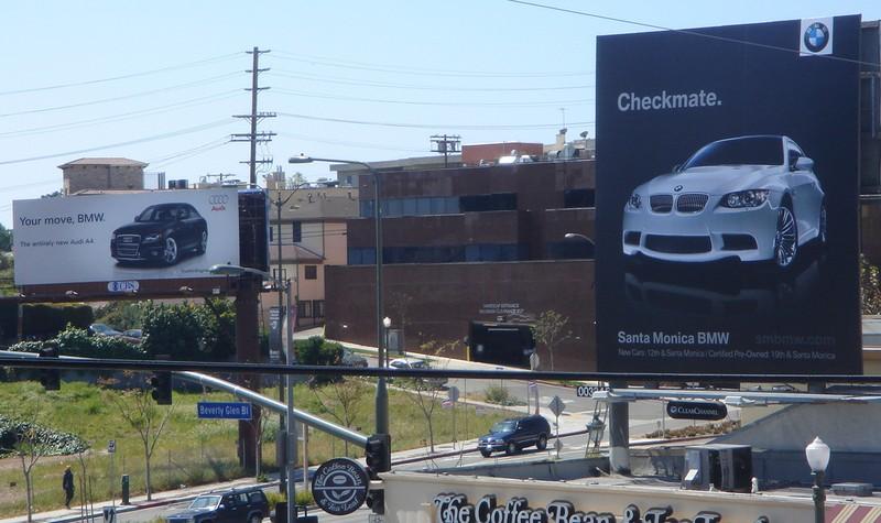 прямо напротив биллборда Audi на противоположной стороне проспекта появился биллборд BMW M3 со слоганом «Checkmate»/Мат.