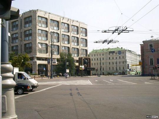 Вышло вот что. Причём, здание ТАСС должно было быть в 20 этажей высотой, советский начальник по неизвестной причине запретил строить выше того, что получалось. Поэтому входная группа смотрится несколько странно в общем масштабе.