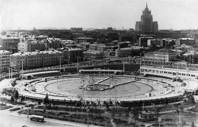 После войны управление строительства Дворца Советов ещё существовало. Архитектор Иофан продолжал совершенствовать свой проект. Но в 1960 проектирование решено было прекратить - у страны не было средств на такое масштабное строительстьво. На месте огромного котлована появился бассейн