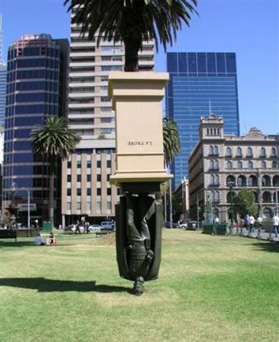 Памятник вниз головой