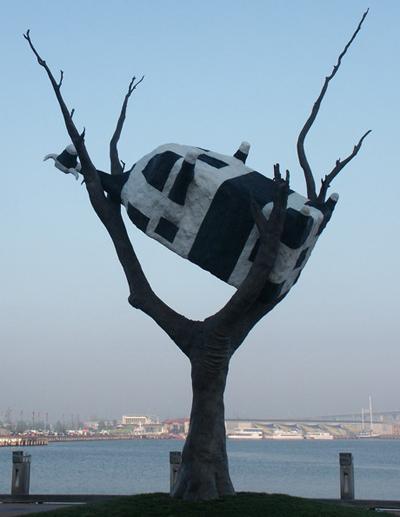 Памятник коровке