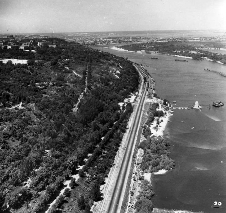 Днепровская набережная. В том месте, где на фото видны опоры старого цепного моста, сейчас находится Мост Метро (начало 1960-х годов).