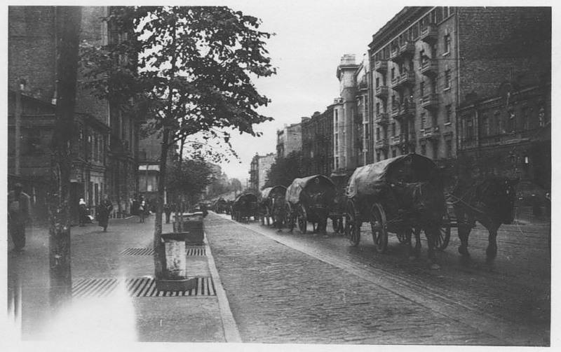 Немецкая колона на углу улиц Красноармейской (ныне - Большая Васильковская) и Жилянской