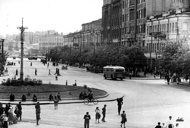 Площадь Сталина, май 1947 года. В 1961 году будет переименована в Площадь Ленинского Комсомола, а в 1991 году, уже в независимой Украине, площади вернут одно из ее исторических названий - Европейская (так она называлась с 1851 до 1869)
