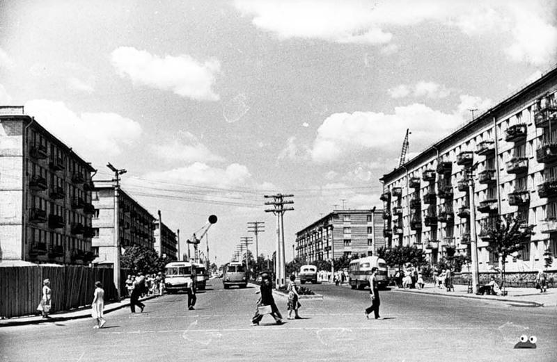 Проспект Мира перед Ленинградской площадью, 1959 год. Слева за забором в наши дни находится универмаг (или уже торговый комплекс)