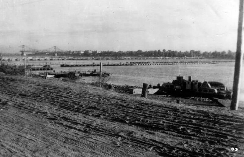 Так в 1942 году выглядела Днепровская Набережная. Вдали - разрушенный Цепной мост
