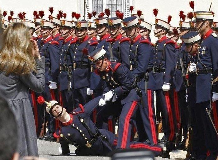 Тяготы службы Королевского почетного караула (16 фото)