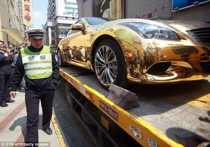 Полиция конфисковала машину из чистого золота (6 фото)