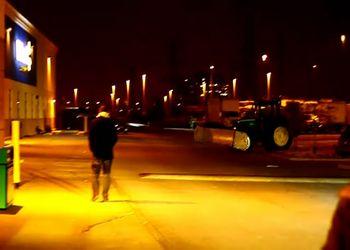 Заведенный трактор катается по кругу