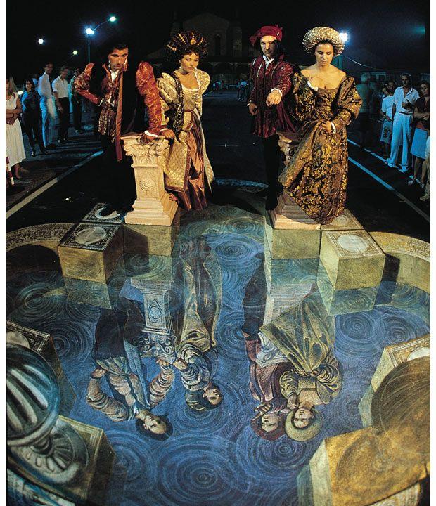 Это была первая интерактивная трехмерная уличная картина, которая сочетала реальных людей <br> с их нарисованными отражениями. Она была создана во время уличного фестиваля картин для <br> швейцарско-немецкого документального фильма в 1987 году в Grazie Di Curtatone, Италия.