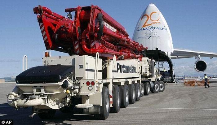Огромный бетононасос отправили в Японию для заливки АЭС (5 фото)