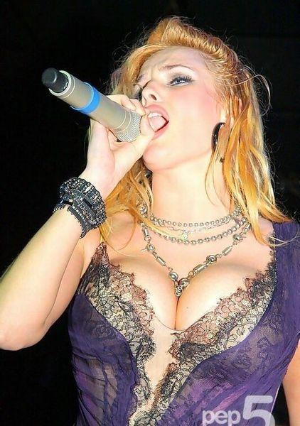 Сексуальные девушки из группы Виагра на концерте (5 Фото)