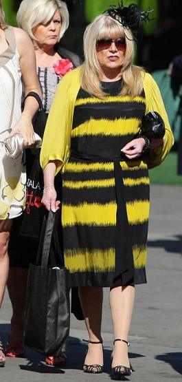 При выборе наряда не поддавайтесь вилянию насекомых. В подобной одежде Вы неизбежно будете ассоциироваться с этим насекомым.