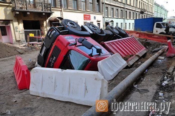 Самосвал провалился в яму в Санкт-Петербурге (3 фото)