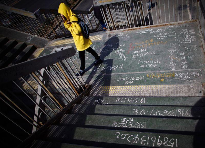 Пешеходный мостик в Пекине. (Andy Wong/Associated Press)