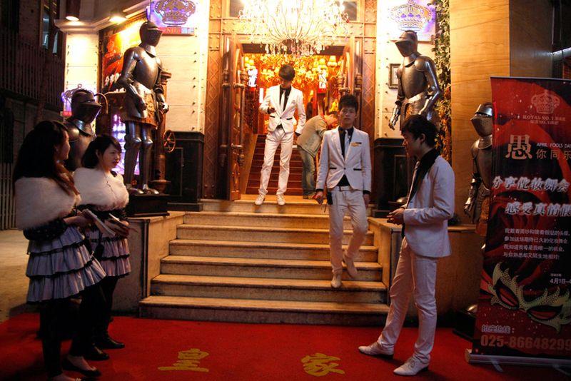 Работники ночного клуба в ожидании клиентов в Нанкине, восточная китайская провинция Цзянсу. (Ng Han Guan/Associated Press)