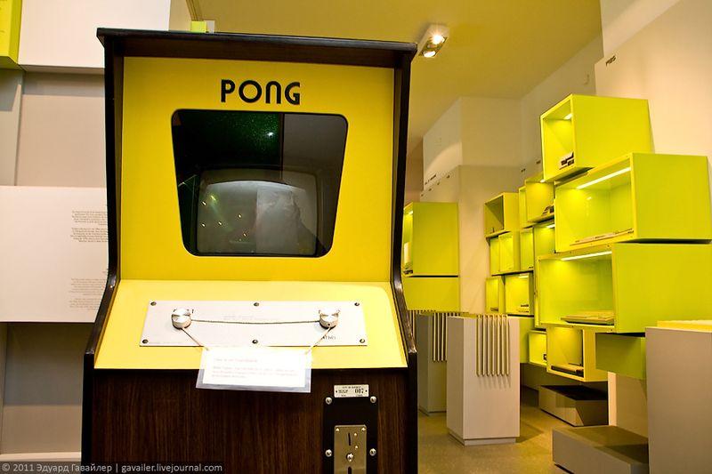 """Первые попытки создания компьютерных игр начались более 50-и лет назад. Отцом видеоигр принято считать британского учёного Артура Дугласа, который в 1952 году, демонстрируя возможности компьютера, представил диссертационной комиссии в Кембридже игровую программу под названием Oу-Экс-Oу (англ. OXO, """"Крестики-нолики"""") для EDSAC (англ. Electronic Delay Storage Automatic Computer). <br/>    Так как данная программа не стала игрой в обычном понимании этого слова, первую видеоигру приписывают другому учёному, а именно американскому физику Вилли Хигинботэму. В 1958 году он разработал игру под названием """"Теннис для двоих"""". На экране осциллоскопа шарик отскакивал от горизонтальной линии внизу экрана и отбивался короткой линией, расположенной в верхней части. Для управления использовался пульт с кнопками """"направо"""" и """"налево"""".<br/>    В 1961 году группой студентов из ЭмАйТи (Массачусетского Технологического Института) была создана первая интерактивная игра """"Космическая Война"""" (анг. Spacewar). Свои игры, воспринимающиеся не более чем забавы, разработчики не патентовали, так как компьютеры по тем временам были, мягко говоря, не самым дешёвым удовольствием.  <br/>  В 1972 году американцы Бушнэлл и Дабни (Nolan Bushnell, Ted Dabney) основали компанию Атари (англ. Atari), которая стала первой фирмой по производству видеоигр. Первым успешным продуктом компании стала уже известная игра в теннис, получившая название Понг (англ. Pong)."""