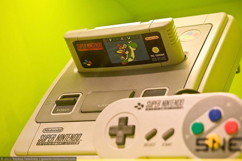 Американская 16-и битная приставка Супер Нинтендо (Super Nintendo, Super NES). Очень похожа на широко известную в России приставку Дэнди.