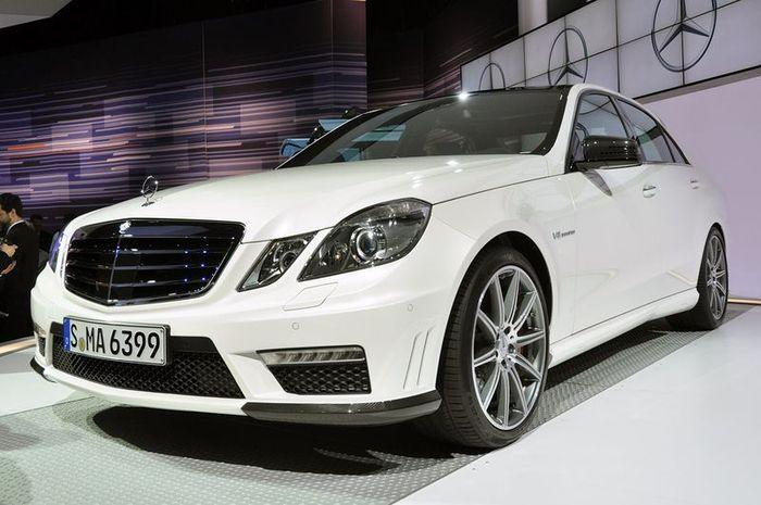 Обновленный Mercedes-Benz E63 AMG с новым твин-турбомотором (24 фото)