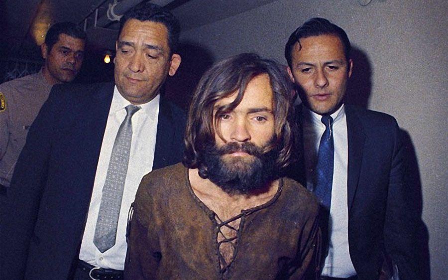 Пять членов сообщества, четверо из которых были женщинами, признали виновными в убийствах, а Мэнсона, который, кстати, не присутствовал на месте преступления, - в организации убийств. (AP)