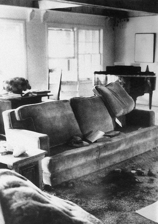 Сцена убийства в гостиной особняка Тэйт и Полански в Беверли Хиллс. Аткинс нанесла актрисе 16 ножевых ранений, а затем написала кровью убитой слово «свинья». (GETTY IMAGES)