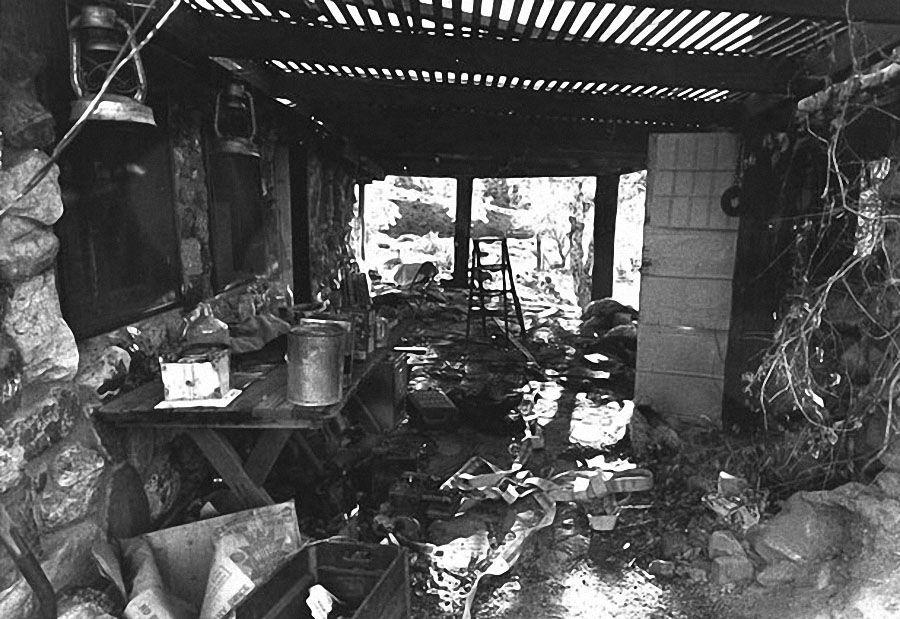 Семья жила на ранчо в пустыне, где Мэнсон выдумывал свои извращенные идеи. 8 августа он объявил, что «пришло время для Helter Skelter» и отправил четырех последовательниц в дом Тэйт на Беверли-Хиллс. (AP)