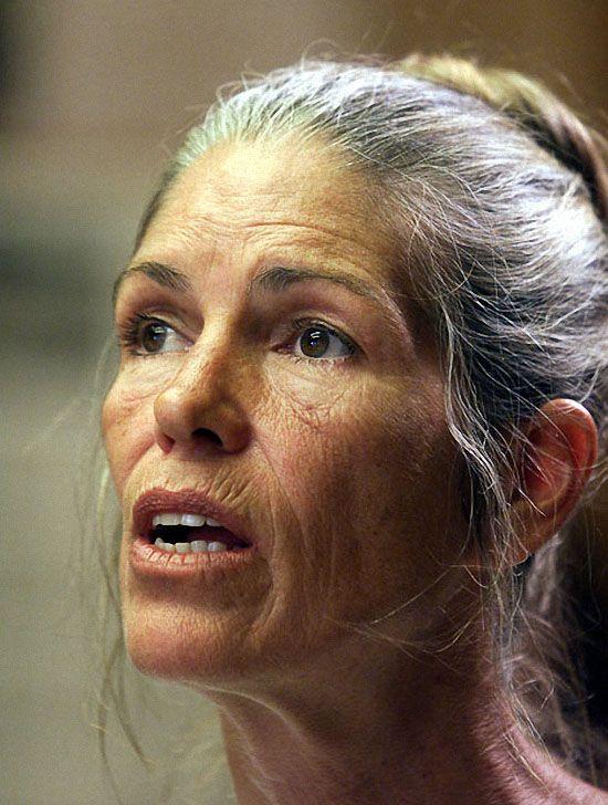 В июне 2002 года член семьи Мэнсон Лесли Ван Хоутен выступила на слушании по поводу ее досрочного освобождения в Короне, Калифорния. Присяжные установили, что 52-летнюю Ван Хоутен, которая 30 лет провела в тюрьме, нельзя выпускать на свободу из-за «просчитанной и заранее спланированной» манеры преступления. (REUTERS)