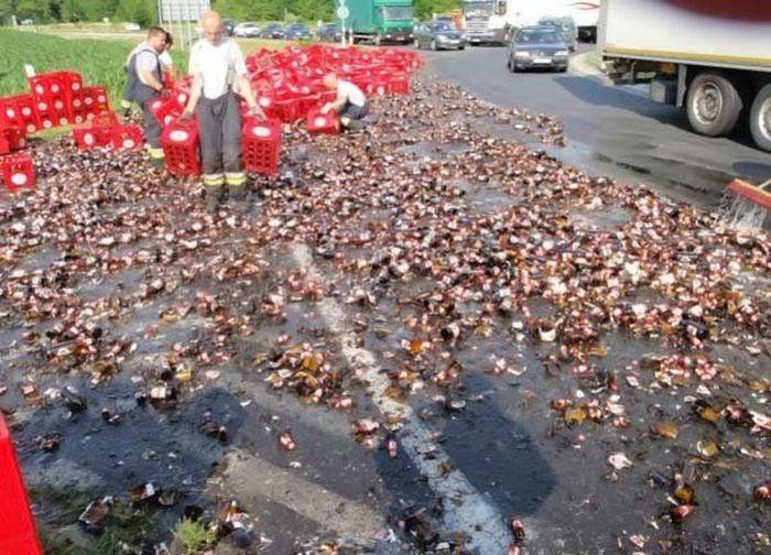 В результате аварии образовалась пивная речушка (7 фото)
