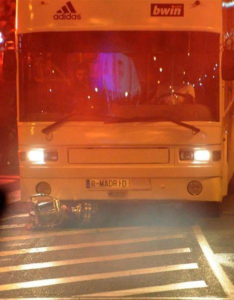 Серхио рамос уронил кубок короля под автобус видео