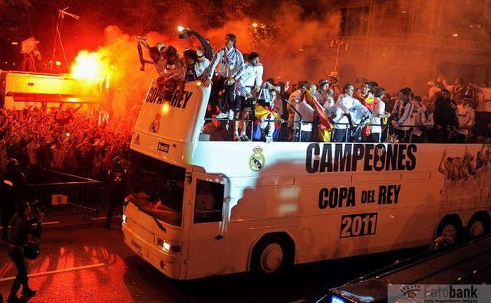 Серхио Рамос уронил Кубок Испании под колеса автобуса (3 фото + видео)