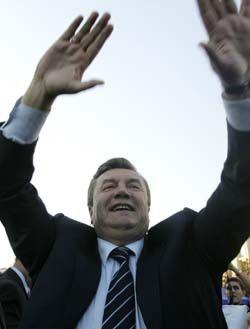 Янукович - длинный.