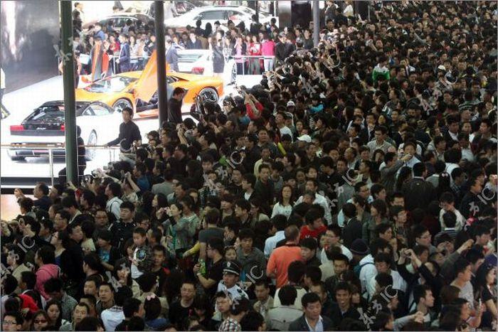 Зрители Шанхайского Авто Шоу (13 фото)