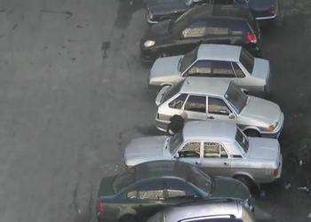 Невменяемый бьет все машины во дворе