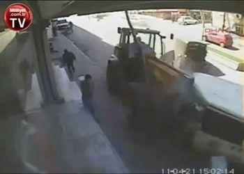 Неуправляемый трактор крушит улицу
