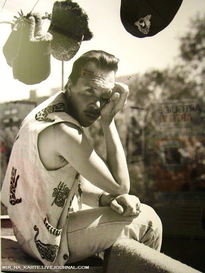 2. Гарик Сукачев на балконе, 1994 год