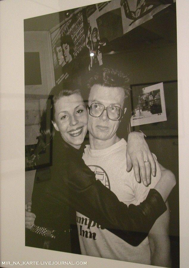8. Наталья Медведева и Эдуард Лимонов в своей парижской квартире, конец 1980-х