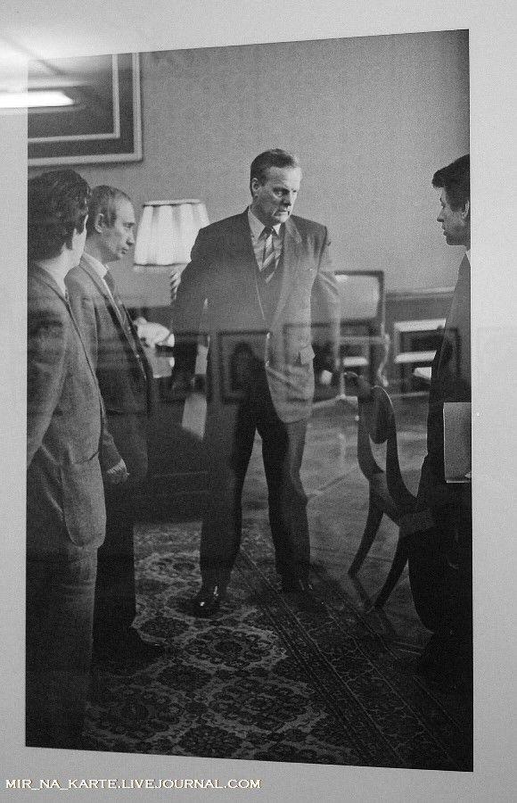 24. Анатолий Собчак, 1991 год. Советую рассмотреть более внимательно, кто слева от него.